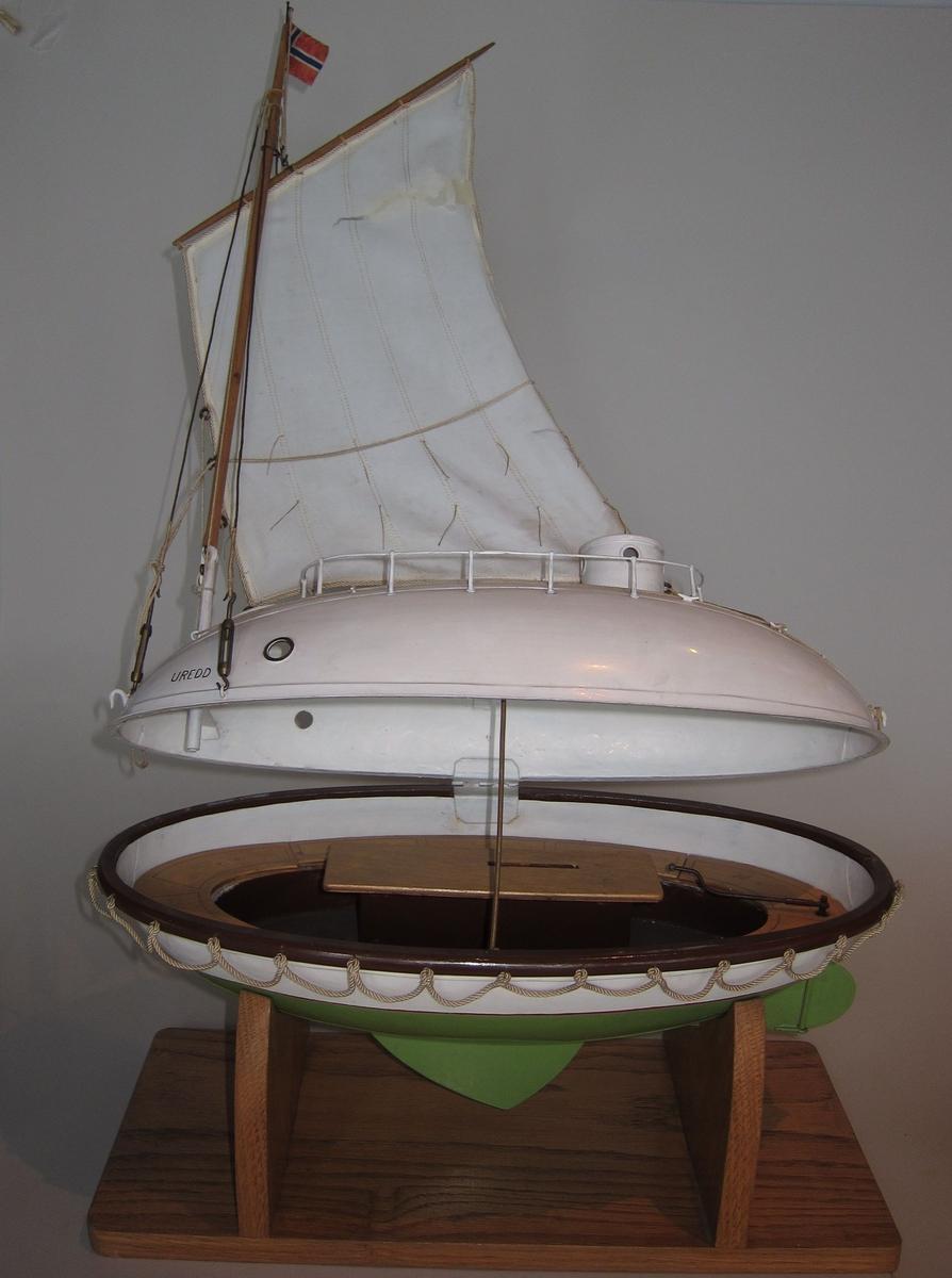 Modell av redningsbåt, formet som et egg med seil.