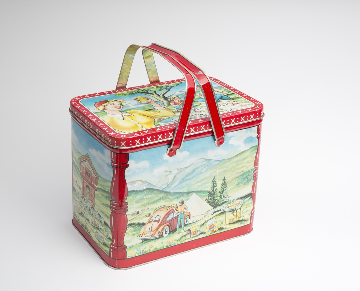Stor boks med hengslet lokk og håndtak. Tegninger på boksen av stabbur, bilferie og piknik.