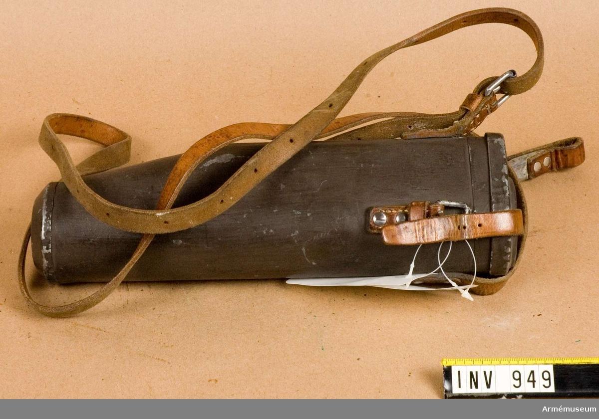 Samhörande nr är 948.Fodral t kikarsikte m/1941.Av gråmålad järnplåt med fastnitad bärrem av läder.