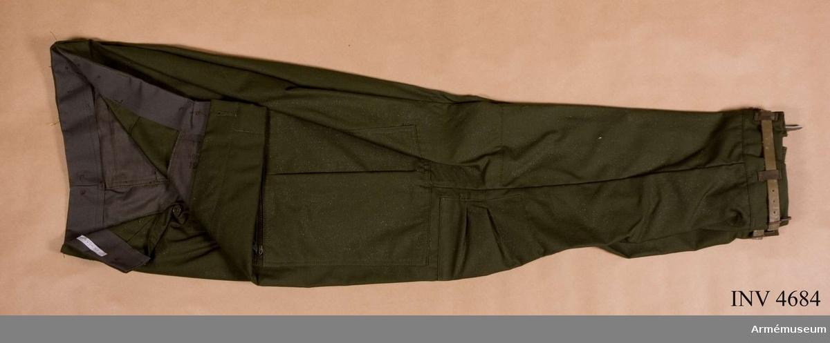 Storlek C 50. Byxan är tillverkad av olivgrön varpsatin, 50 % polyester och 50 % bomull. Fältbyxor m/1969 pansar har samma utförande som fältbyxor m/1969 flyg med följande undantag: smalbensfickor och fästband för kartklämmor har utgått. Se  beskrivning för fältbyxor m/1969 flyg med bilagor, 1975:4682. Plagget tilldelas personal vid pansartrupperna i stridsfordonstjänst. Märkning: vänstra frambyxans insida (byxfickan) har en stämpel: Tre kronor NORSEL 1977 (tillverkare  AB Norsels fabriker, Degerfors). På midjebandets vänstra insida  finns en vävd storleksetikett C 50.