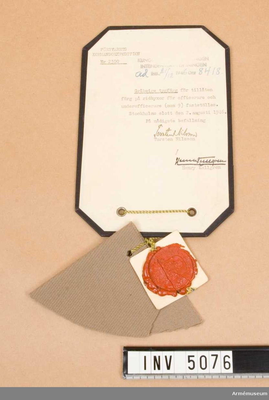 Gråbeige tygfärg, tillåten färg å ridbyxor för officer och underofficer (mom 9) fastställes. Stockholms slott den 2 augusti 1946, dnr 8418 nr 2300.