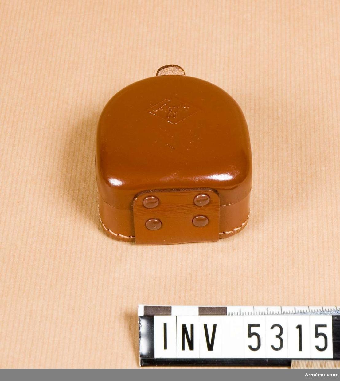 M 7080-241; Agfa Silette kamera.Märkt: 6088 Made in Germany AGFA . Tillverkat i brunt läder med karakteristisk läderdoft. Mått 67 x 60 x 36 mm. Nytt skick. Märkt på fodralets förslutningsnit: SHB .Fodralet rymmer motkjusskydd och två filter. Det sättes på beredskapsväskans axelrem.
