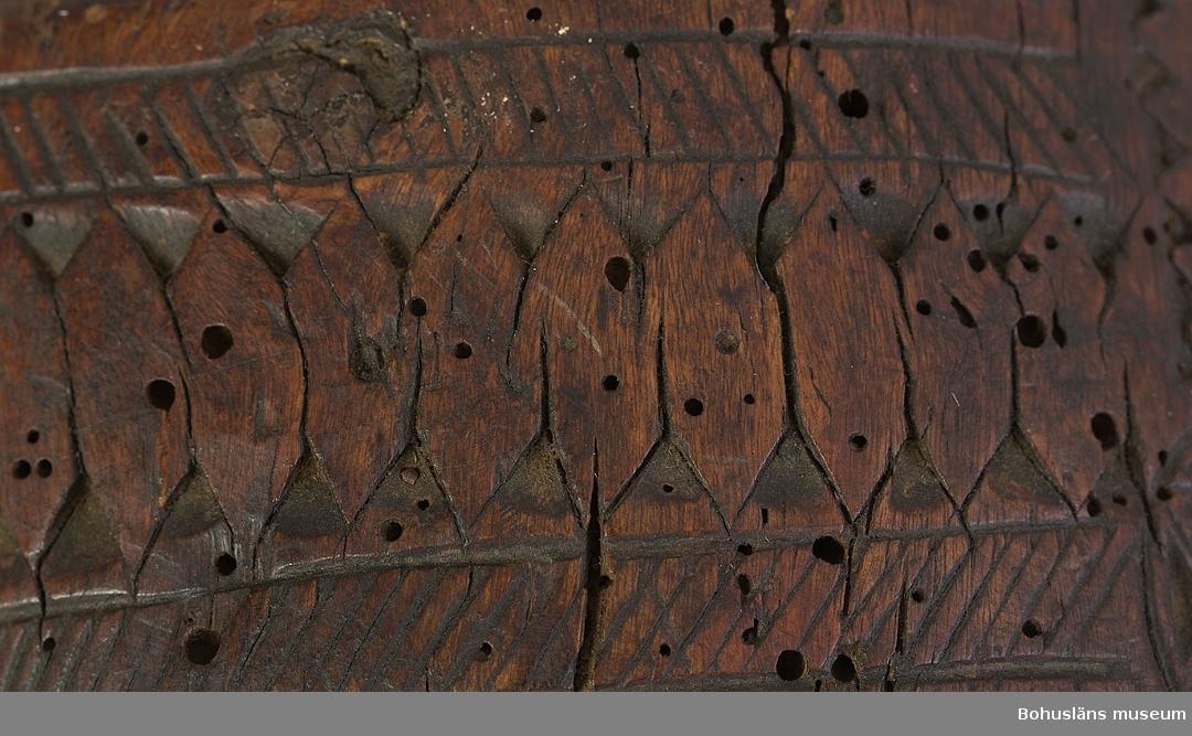 Ur handskrivna katalogen 1957-1958: Borrvinda 1729 L.29,5 cm; helt av trä, hela verktyget är rikt skulpterat m.fl.karvsnitt, en msk-figur, m.m. Tryckplattan saknas. Ngt trasig, svårt angripen av mask [trägnagare].  Ur Knut Adrian Anderssons katalog 1913: No 57 Borrskaft, Borrvinda, Borrsväng av trä, rikt ornerat, med årtalet 1729 (29 x 15 x 5,5 cm) Bohuslän = G:18 i 1869 års katalog. Skänkt 1863 av målaren Fryckman i Naverstad socken. (Obs! Bihanget nr. 12).  Givare bör vara målaren Adolf Fredrik Fryckman, 1849 - 1907, född i Skee, död i Göteborg, boende på Sannäs strand 1880, på Sögård Tanum 1890.