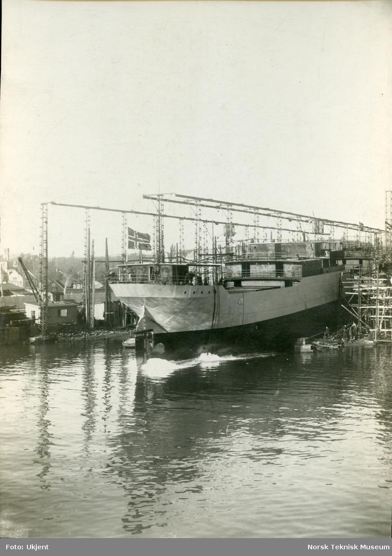 Stabelavløpning, lastebåten D/S Borgholm (senere D/S Holger), B/N 396, levert av Akers Mek. Verksted i 1921 til Disp. J. G. F. Lund, Bergen.