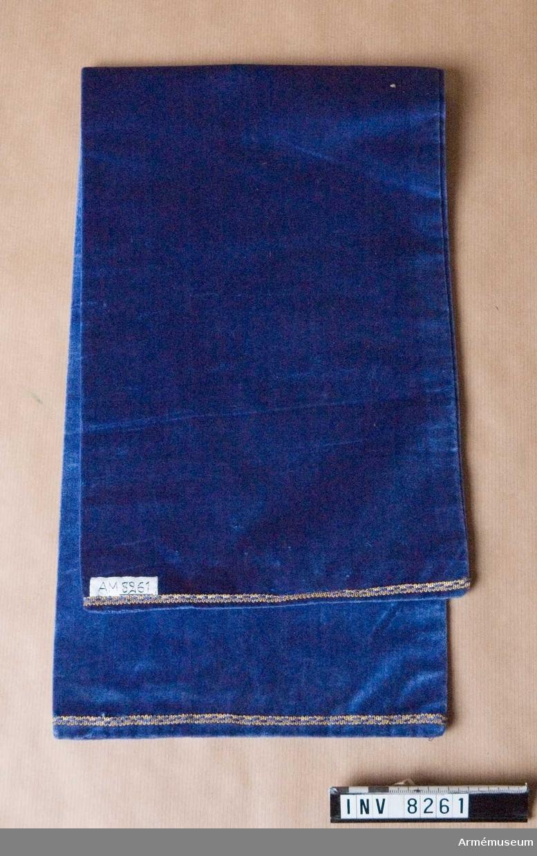 Nattvardsduk av blå sammet. Dubbel med sömmar i alla sidor. I vardera kortänden 5 mm breda bomullsband med guldtråd. Till sin form är nattvardsduken lik en löpare. Den är inte ursprunglig.