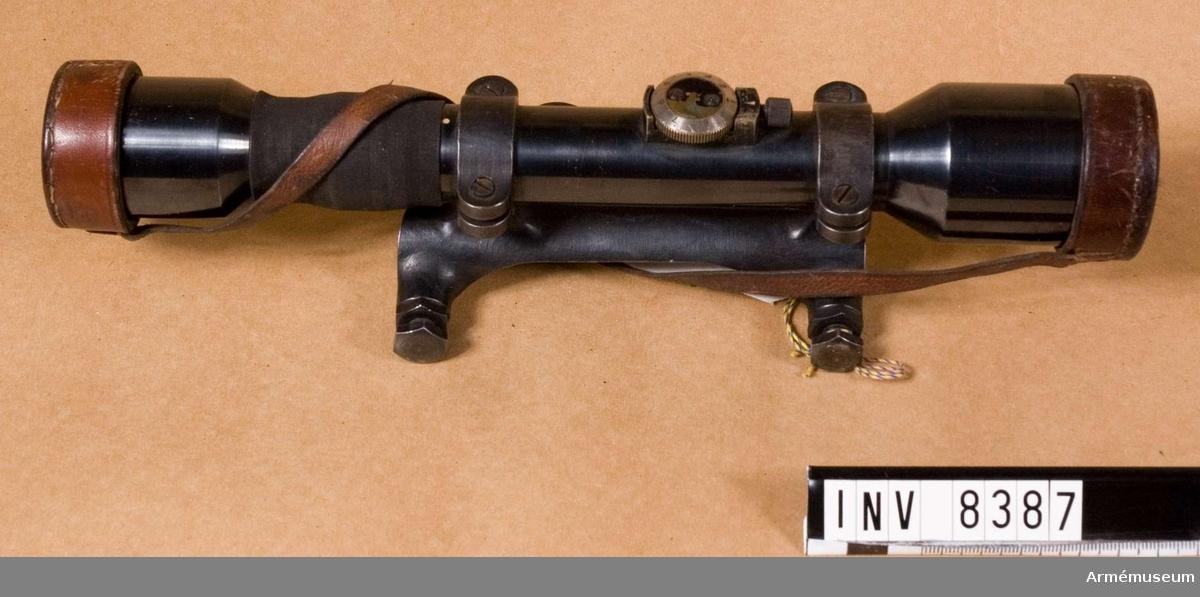 Kikarsikte m/1941 t gevär m/1896. Ajack.Kikarsikte Ajack till gevär m/1896, system Mauser. Tillverkningsnummer 2526/1942. Märkt Ajack 4 x 90. Hållare för kikarsikte försök, tillverkare kungl. Armetygförvaltningen. Tillverkningsnummer 2526.Bestående av 1 st kikarsikte med hållare, 1 st linsskydd av läder.Kikarsikte passar till gevär m/1896, AM 6939.