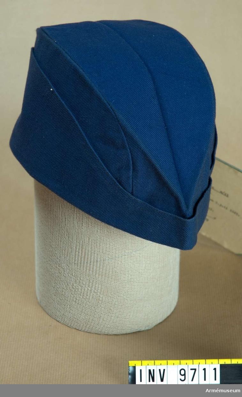 För viss personal vid armén. Av blå twills, ofodrad och sydd som en båtmössa.Fastställd 1941-07-09, dnr 5552.