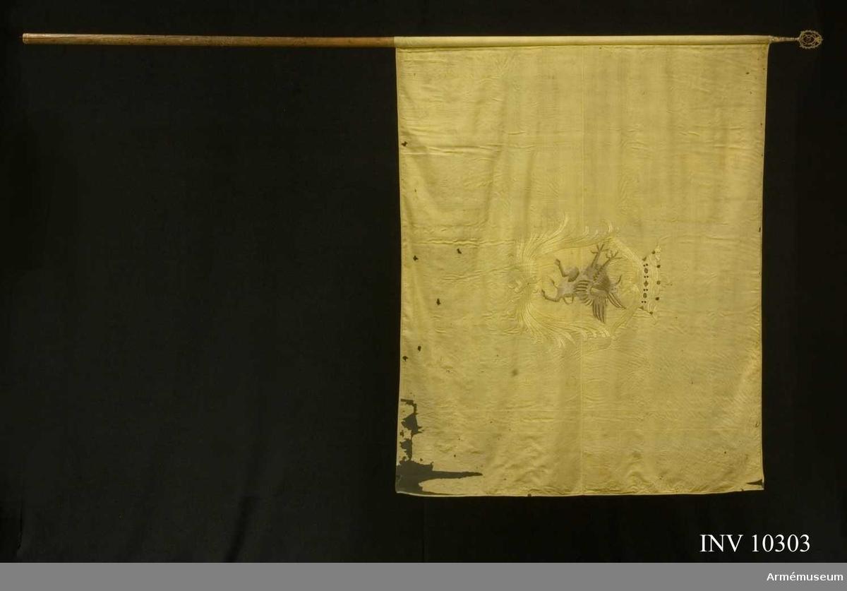 Grupp B I.  Fanduk av fyrskaftat gult siden (kypert), varå broderat lika på båda sidor i mitten: Södermanlands sköldemärke en grip på gult fält i en av stiliserade palmkvistar bildad sköld, krönt av en öppen krona i gult silke med inner- och ytterfoder i rött silke och pärlor och stenar i silver, rött och blått silke. Stång av brun furu. Spets av förgylld mässing. Bladet med Carl XIV Johans spegelmonogram inom en lyra av palmkvistar, krönt av nordstjärna inom gloria.