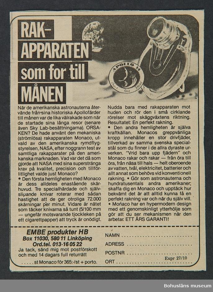 Rakapparat av märket Monaco shaver. Svart apparat i genomskinlig plastförpackning.  Ytterförpackning av papper i vinrött, svart och vitt. Skyddsfodral av svart plastmaterial och tillhörande svart plastborste. Liten borste Papper med instruktion visar att garantitiden börjar år 1976.
