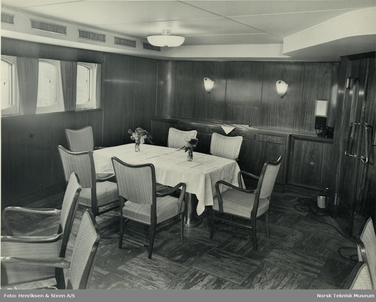 Spisesalong på cargolineren M/S Heina, B/N 488. Skipet ble levert av Akers Mek. Verksted i 1950 til J. L. Mowinckels rederi.