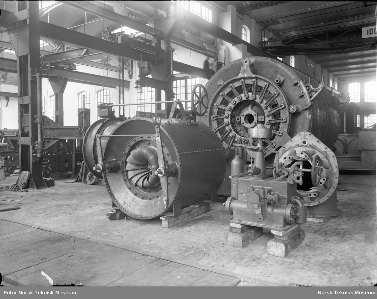Tre turbiner og en regulator laget på Thunes Mekaniske Verksted på Skøyen i Oslo.