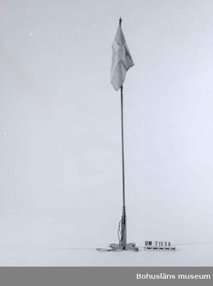 """594 Landskap BOHUSLÄN  Flaggan är blekt, stången fernissad. Märkt på undersidan karsct: """"F-Ly-2:-""""    UMFF 32:1"""