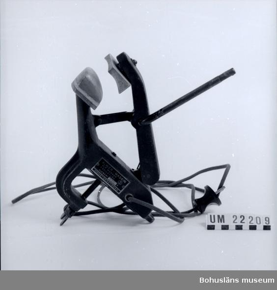 410 Mått/Vikt ! TJ 6,5 CM 594 Landskap BOHUSLÄN 394 Landskap SÖDERMANLAND  Elektrisk bordspress, fästes med skruv på arbetsbord. Elkabeln textilklädd.  Pressyta 6,5 x 4 cm. Hävarmen saknar handtagsdel.  UMFF 89:9  Inventerad 1996-03-25 CB