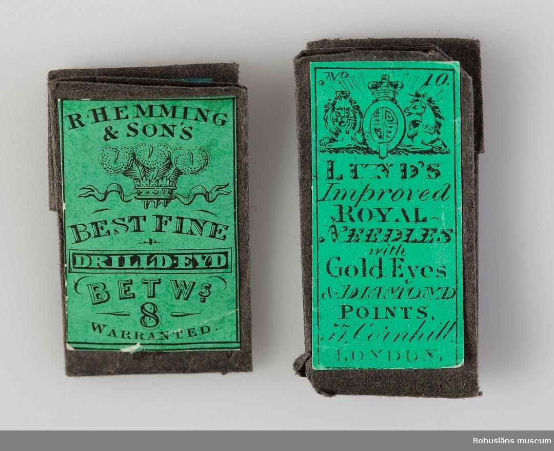 """Ask med sluttande lock och avsmalnande framtill. Stomme av trä, delvis vitmålad. Fack av elfenbensskivor. Likaså är kanten belagd med elfenben, sprickor och delar saknas. Hela yttersidan belagd med sköldpadd. Innehåller dels lösa nålar dels fyra små nålbrev  i svart papper med gröna etiketter och texten: LUND'S Improved Royal Needles with Gold Eyes & Diamond points. 57, Cornhill, London. Storlekar 9, 10, 11 och 12. Ytterligare ett nålbrev med texten: R. Hemming & Sons Prest fine drilld-eyd betw:s 8 warranted. På locket bricka av metall, troligen silver, med initialerna """"AT""""."""