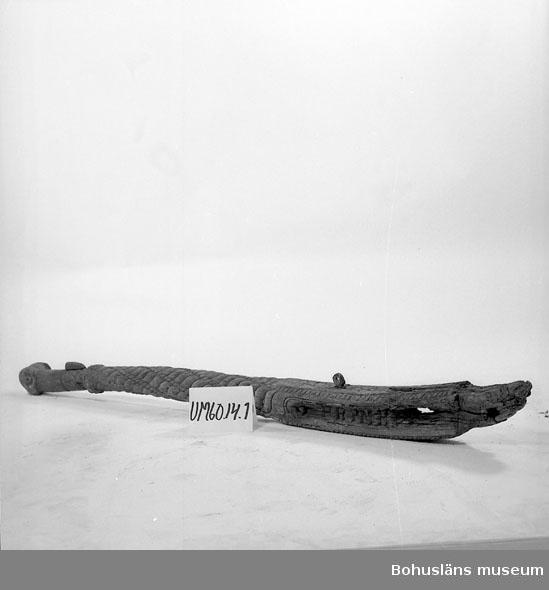 """Föremålet visas i basutställningen Kustland,  Bohusläns museum, Uddevalla.  Rorkult till segelfartyg med rikt skuren dekor, avslutad med en valknut och med inskriften PRIMUS.  Enligt uppgift i katalogen har den bärgats av lotsar från ett fartyg som förliste vid Hermanö huvud på 1700-talet.   Har tillhört Ostronstugan, Ellös på Orust vars tidigare ägare var Bertil Clase. Trots efterforskningar har Bohusläns museum ännu inte hittat några uppgifter som styrker ett haveri med fartygsnamnet """"Primus"""".  Ur punktnummerkatalogen 1958-1976: Ostronstugan, Ellös Roderkult  Se fotografi på Ostronstugan, Bilagepärmen UM60.05.001  Litt:  Bohusläns hembygdsförbunds Årsskrift 1961, s.75."""