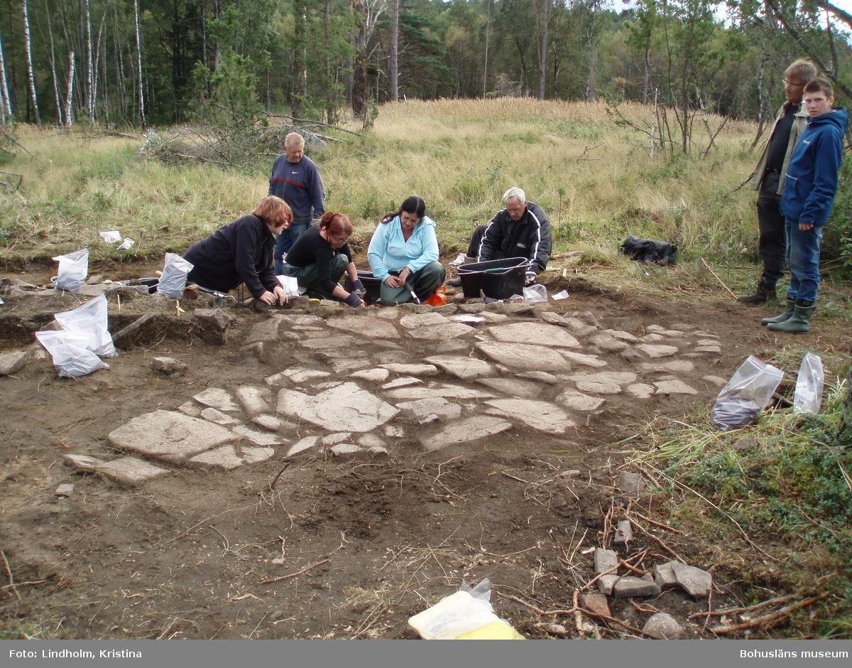 Snarsmon var en boplats för några resandefamiljer mellan ca 1860 och 1907. På platsen finns spår efter 10-12 hus. Tre av dessa undersöktes arkeologiskt 2004-2007.  Snarsmon var bosted for romanifamilier mellom ca. 1860 og 1907. På stedet finnes det spor etter 10-12 hus. Tre av disse ble undersøkt arkeologisk i åra 2004-2007.