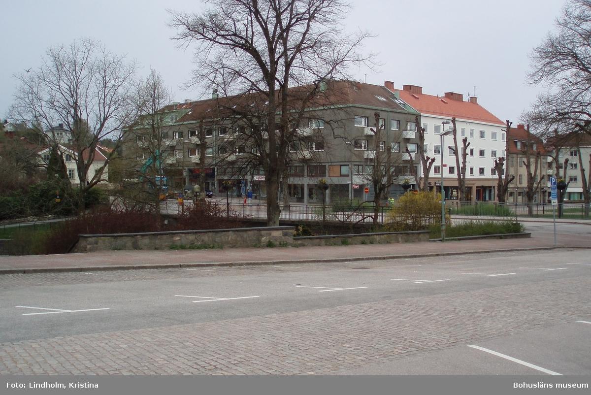 Suckarnas mur i södra kanten av Kungstorget i Uddevalla. Fotograf: Kristina Lindholm, Bohusläns museum.