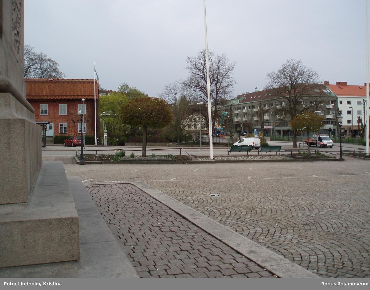 Utsikt från Karl X Gustavs staty på Kungstorget mot Hasselbackshuset och muren strax höger om huset. Foto: Kristina Lindholm, Bohusläns museum.