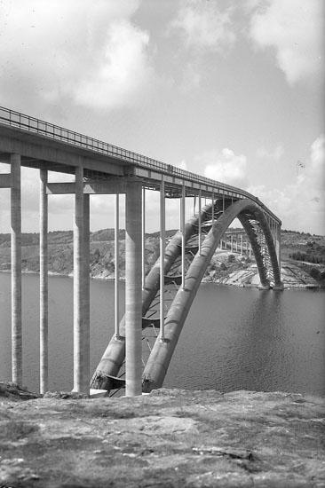 """Enligt AB Flygtrafik Bengtsfors: """"Tjörnbroarna stora bron på högkant Bohuslän""""."""