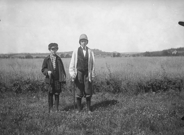 """Text till bilden: """"Uddevalla. Elseberg. Två utklädda ungdomar""""."""