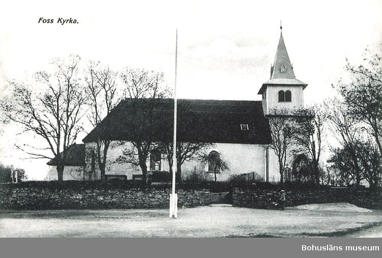 """Tryckt text på bildens baksida: """"Foss kyrka."""" """"Foto & Förlag Oscar Färdig, Munkedal. Imp""""."""