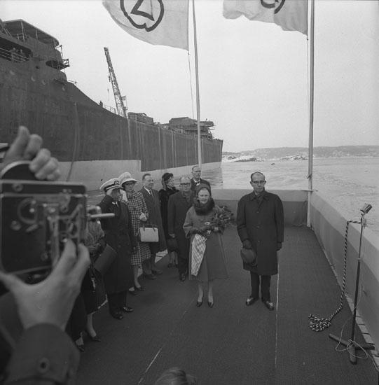 Dop av fartyg 205 T/T J. Ed. Warren. Fotografering av varvets dåvarande VD Tore Segerdahl och fartygets gudmor.