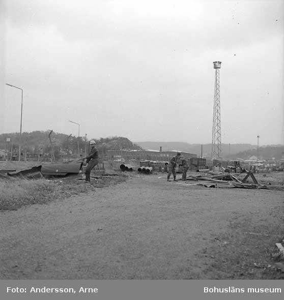 Röjning runt varvets område efter orkanens framfart. I bakgrundens syns Konsums lagerbyggnad.