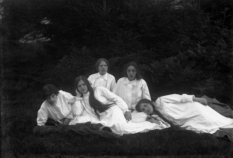 Fem unga kvinnor från Ramdalen på gökotta