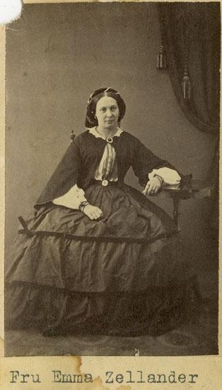 """Text på kortets framsida: """"Fru Emma Zellander""""."""