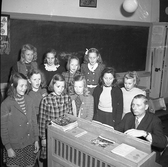 """Enligt notering: """"Skolsångare (Hamberg) 18/4 1947""""."""