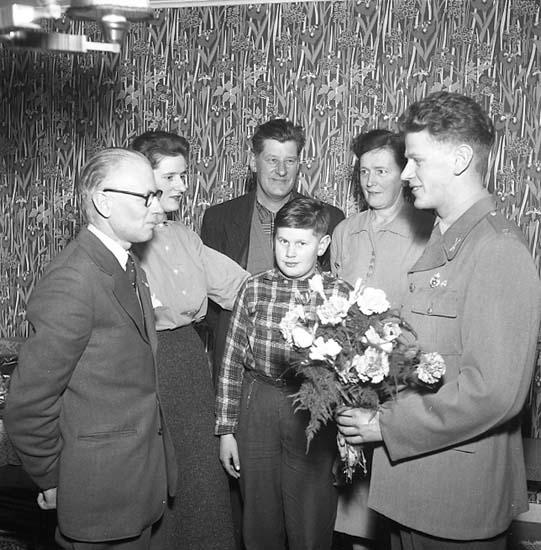 "Enligt notering: ""Motorgrabben! 1956. Kalle Dahlgren ger blommor U-a 8/2 57""."
