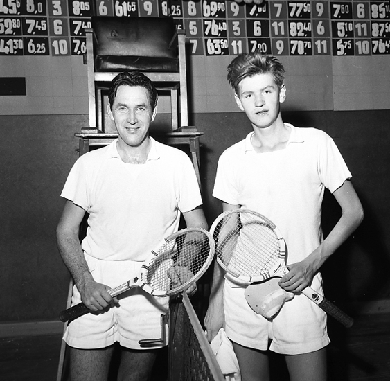 """Enligt notering: """"Tennis U-a Karlstad 1/12 57""""."""