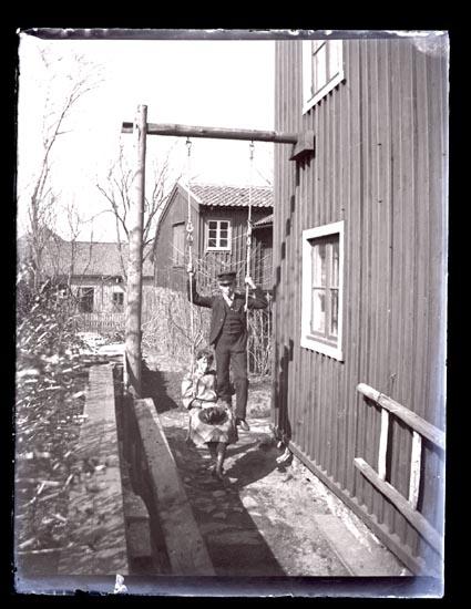 Carl-Gustaf o. Arfhild i gungan, Mars 1893.