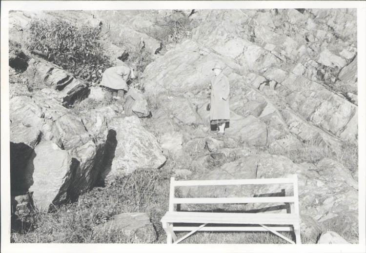 """Noterat på kortet: """"Marstrand. Far och mor vid promenadvägen vid södra inloppet. 4.11.1961."""""""