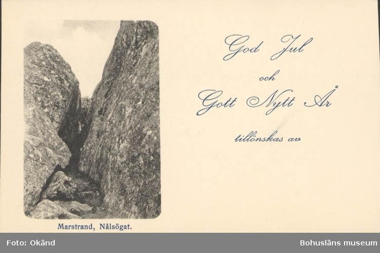 """Tryckt text på kortet: """"Marstrand. Nålsögat."""" """"God Jul och Gott Nytt År tillönskas av."""""""