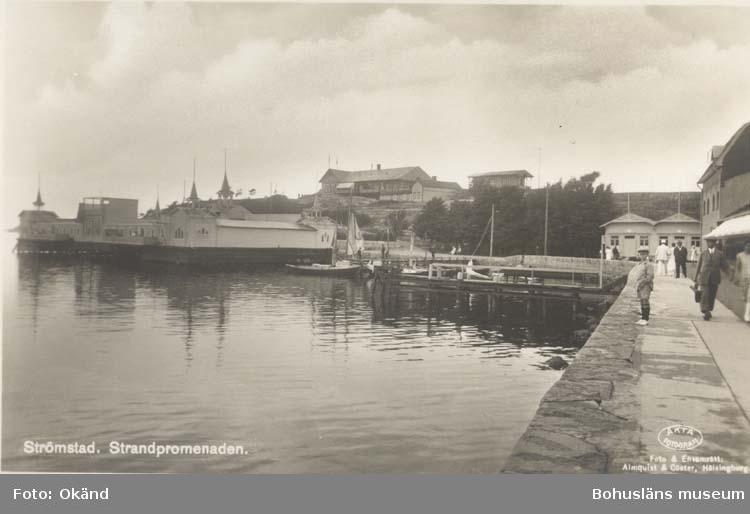 """Tryckt text på kortet: """"Strömstad. Strandpromenaden."""" """"Foto & Ensamrätt: Almqvist & Cöster, Hälsingborg."""" """"Förlag: T H. Nilsson, Strömstad."""""""