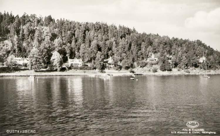 """Tryckt text på kortet: """"Gustafsberg."""" """"Förlag: Helsings Pappershandel, Uddevalla."""" """"Foto & Ensamrätt: A/B Almqvist & Cöster, Hälsingborg."""""""