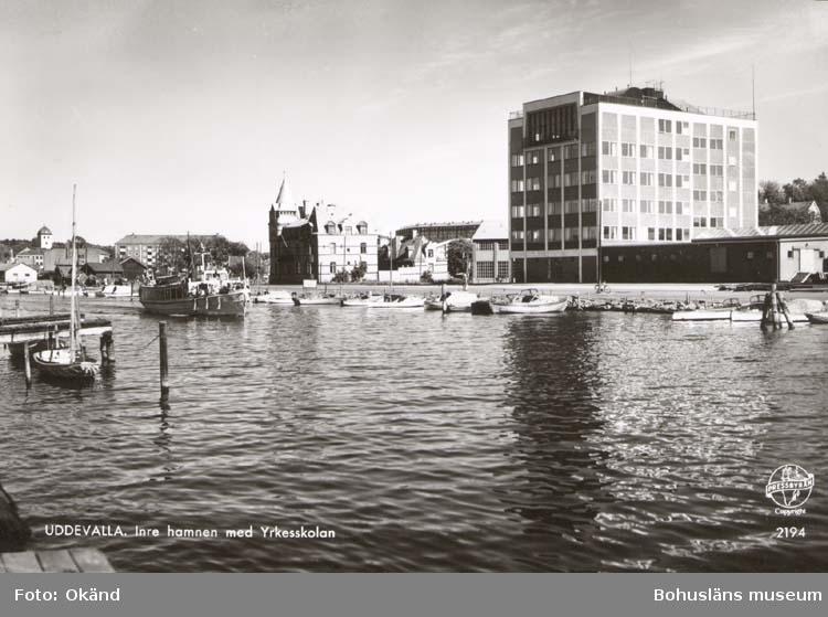 """Tryckt text på kortet: """"Uddevalla. Inre hamnen med Yrkesskolan."""""""