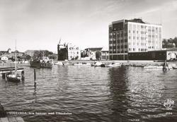 """Tryckt text på kortet: """"Uddevalla. Inre hamnen med Yrkesskol"""