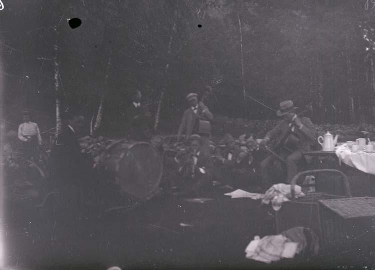 """Enligt text som medföljde bilden """"Utfärd 1918/1919 Norr Hamre""""."""