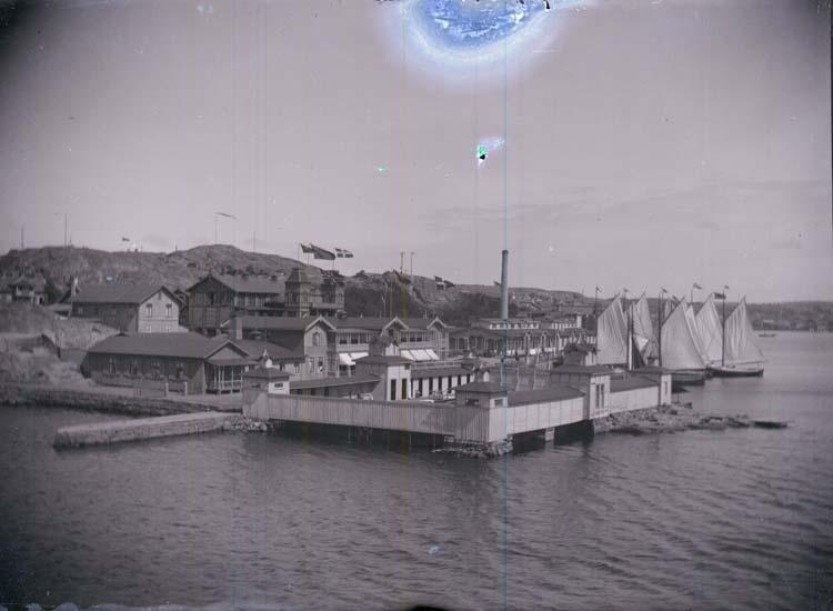 """Enligt text som medföljde bilden: """"Badhusområdet taget från Släggön 1897 Lysekil."""""""