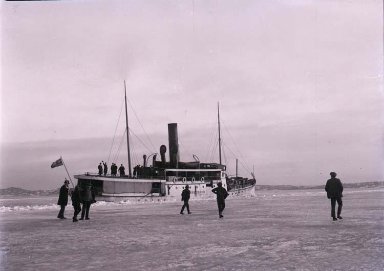 """Enligt text som medföljde bilden: """"L.l. """"Marstrand"""" i isen Mars 1917."""""""