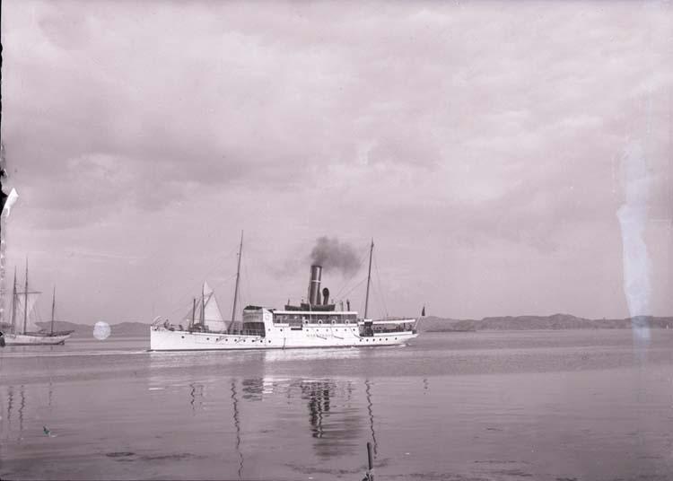 """Enligt text som medföljde bilden: """"Ång. Marstrand Sept. 04 Lysekil."""" ::"""