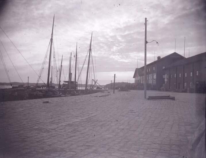 """Enligt text som medföljde bilden: """"Ångbåtsbryggan från Molléns magasin 1897."""""""
