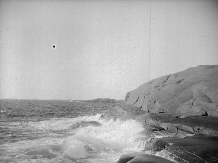 """Enligt text som medföljde bilden: """"Lysekil, Stångehufud i storm 7. Sept. 1899.  Hugo Hallgren""""."""