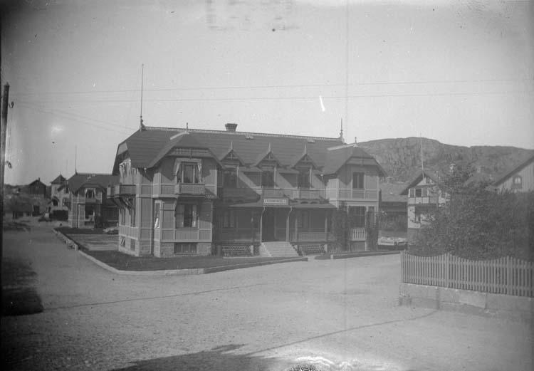 """Enligt text som medföljde bilden: """"Lysekil. Strandhotell nr. 1 1897."""" ::"""