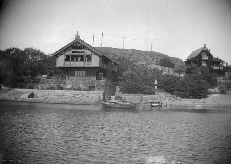 """""""Lysekil. Prof. Curmans villa från sjön 1897."""" enligt text som medföljde bilden."""