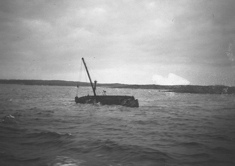 """Enligt text som medföljde bilden: """"Motorbåt. Strandning."""" ::"""