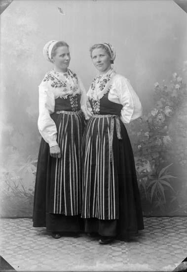 """Enligt text som medföljde bilden: """"Karin Larsson + syster."""" ::"""
