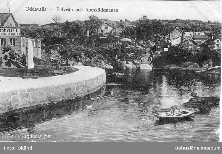 """Tryckt text på vykortets framsida: """"Uddevalla - Bäfveån och Roskildestenen."""""""